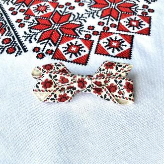 Маленькая заколка-бантик в украинском стиле