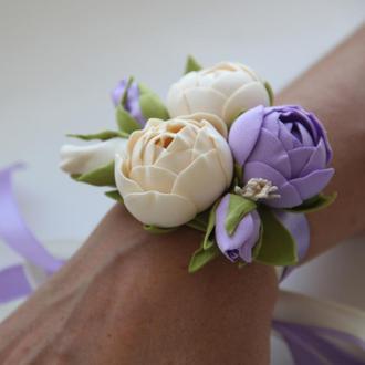 Кремово-сиреневый браслет на руку. Браслет с цветами. Бутоньерка на руку.