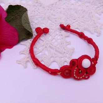 Красный браслет из бисера и бусин.