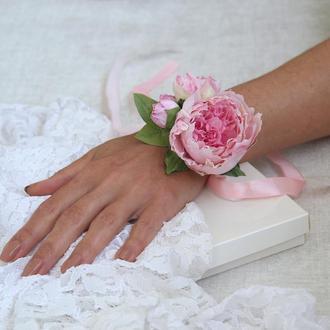 Бутоньерка на руку с пионами. Браслет с розовыми цветами.