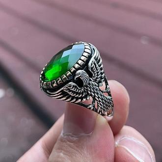 Кольцо Орел из серебра ручной работы для подарка мужчине с зеленым камнем
