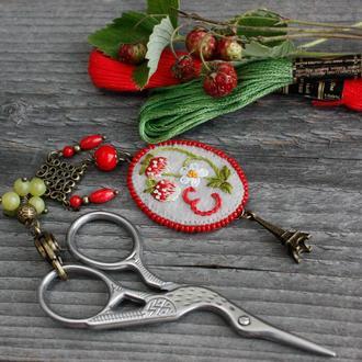 Подвеска маячок для ножниц с камнями и монограммой Аксессуар для рукоделия Подарок рукодельнице