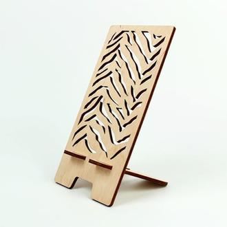 Подставка из дерева для телефона с красивым узором (2292)