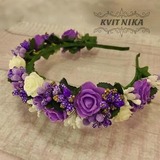 Венок с белыми и фиолетовыми цветами. Обруч из роз