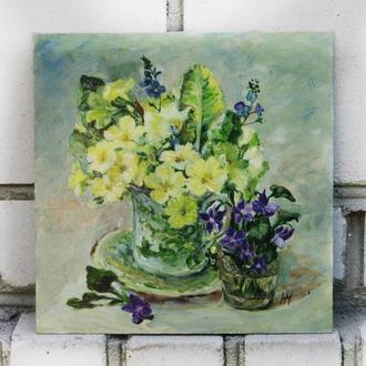 Картина маслом на оргалите 20х20см Два букета букет цветов примулы в чашке и букет фиалок в хрусталь