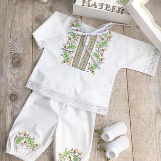 Крестильный наряд для мальчика из хлопка - сорочка вышиванка и штанишки с вышивкой дубочки