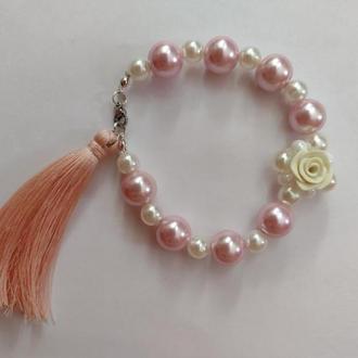 Жемчужный браслет с кисточкой и розой. Розовый браслет