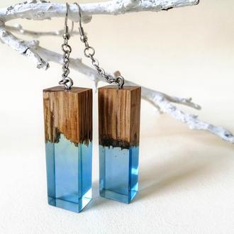 Голубые серьги из древесины дуба и ювелирной смолы - оригинальный подарок девушке