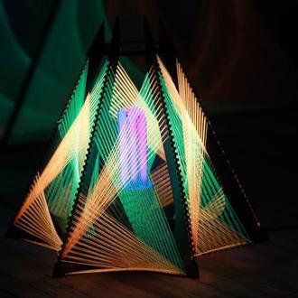 Светильник из флуоресцентных ниток