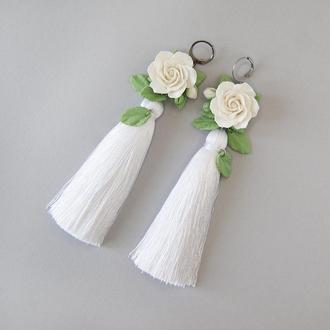 Белые серьги-кисти с розами.