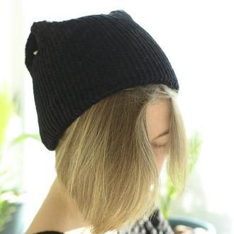 Чорна велюрова шапка з вушками і ріжками. На в'язаній підкладці.