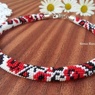 Белое с красными розами ожерелье жгут из бисера с узором национальной украинской вышивки Троянди