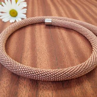 Пудровое розовое минималистичное ожерелье жгут из чешского бисера на магнитной застежке