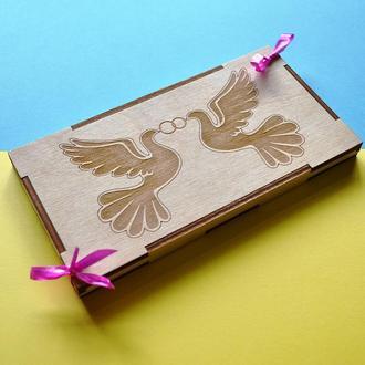 """Деревянная коробочка для денег """"Два голубя"""". Свадебная открытка из дерева. Коробочка на свадьбу."""