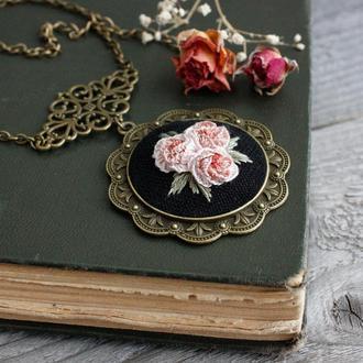 Большой кулон на цепочке с розами Украшение в винтажном стиле Колье с цветами пудровый розовый