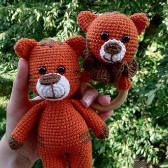 Вязаный подарочный набор для детей. погремушка + игрушка тигрик