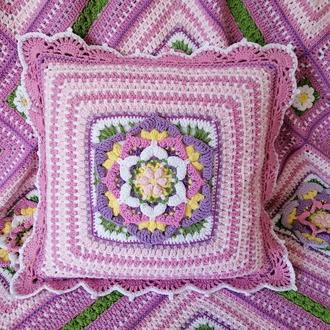Вязаная крючком Декоративная розовая подушка с цветком.