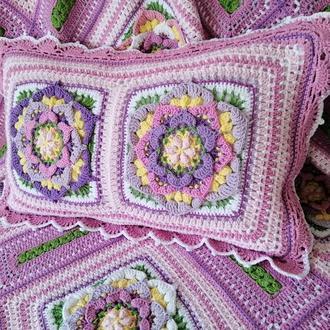 Прямоугольная вязаная крючком  Декоративная подушка розового цвета