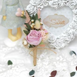 Бутоньерка  с сиреневой розой и зеленью