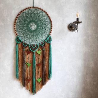 """Зеленый эко-ловец снов ручной работы """"Магия леса"""" с плетением макраме и птицами из фетра. Диаметр 46"""