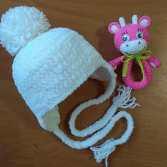 Вязаная плюшевая шапочка новорожденному на выписку из роддома теплая белая зимняя