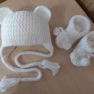 Вязаный плюшевый комплект Шапочка и пинетки новорожденному ручная работа на выписку из роддома белый