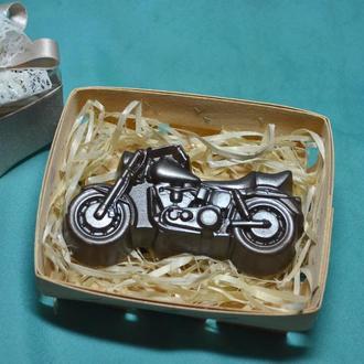 Мило-мотоцикл в корзині.