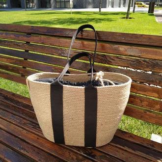Летняя сумка из джута с черными лямками