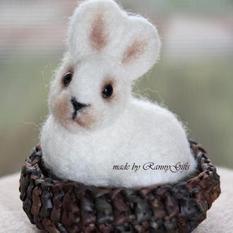 Игрушка пасхальный кролик в корзинке, сувенир белый зайчик из шерсти