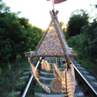 """Эко-Ловец снов ручной работы """"Пирамида Валькнут"""" с перьями и деревянными бусинами"""