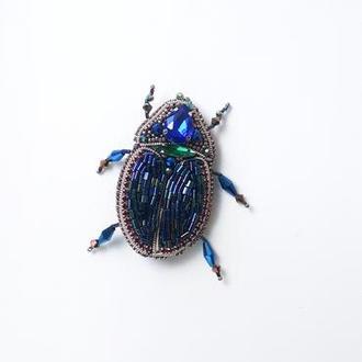 Брошка жук з бісеру, страз і кристалів.
