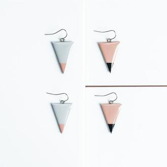 Треугольные серьги серые, персиковые. Геометрические украшения