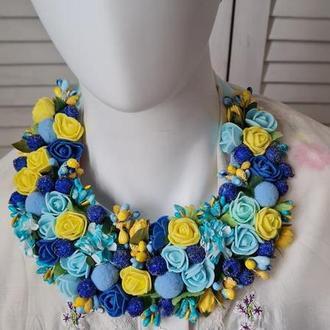 Красивое ожерелье/колье / украшение из цветов и ягод
