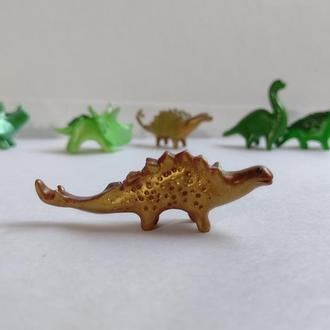 Миниатюрная фигурка динозавра, высота 2 см. Миниатюрный стегозавр.