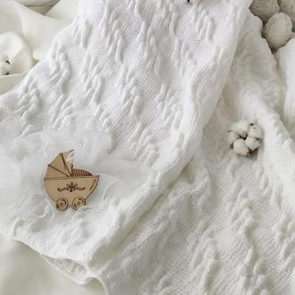 Плед на выписку белый для новорожденных в подарок на крестины в коляску