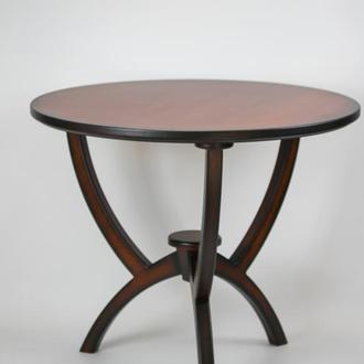 Круглый обеденный стол из дерева.