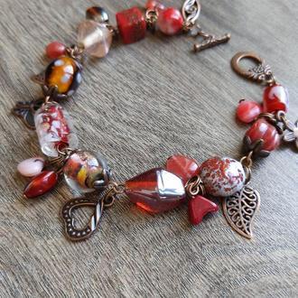 Романтичный браслет в красно-медных тонах с подвесками и бусинами ассорти 16-17 см
