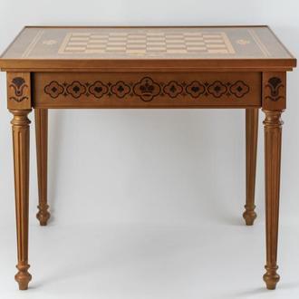 Шахматный стол из дерева с шахматами.