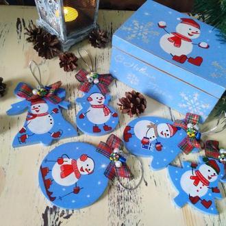 Набор новогодних игрушек с шкатулкой.
