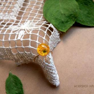 Кольцо с цветком ранонкулюса (лютика) из эпоксидной смолы на позолоченной основе
