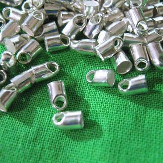 Концевик для шнура светло серебристого цвета.