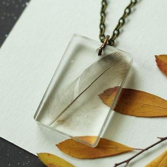 Прозрачный кулон с пёрышком