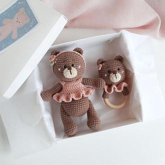 """Подарунковий набір для новонародженого """"Вязаний ведмедик і брязкальце"""""""