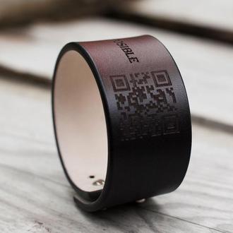 Широкий шкіряний браслет на руку з персональним текстом або малюнком.