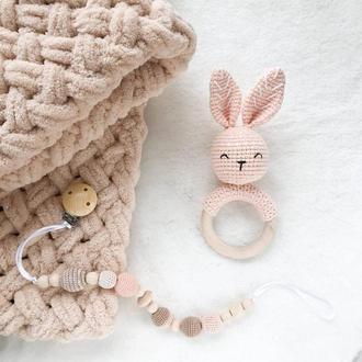 Подарочный набор для новорожденного (детский плед,погремушка,держатель для соски или грызунка)