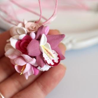Розовый кулон с орхидеей и розами