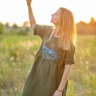 Свободное льняное платье с коротким рукавом и росписью ручной работы