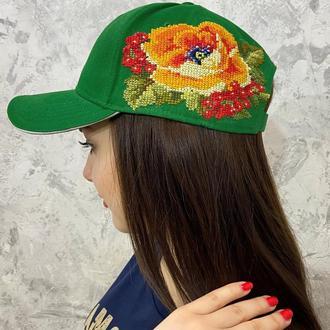 Вышитая женская кепка зеленого цвета
