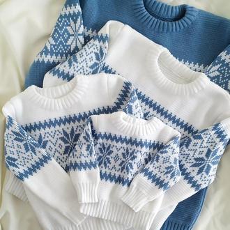 Женский детский свитер со снежинками белый голубой тёплый family look на новогоднюю фотосессию