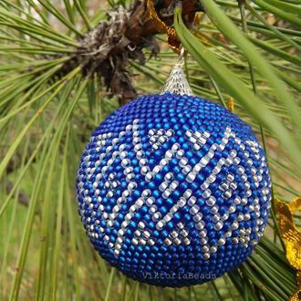 Новогоднее украшение синий с серебрянным шарик для елки из бисера в подарочной коробке